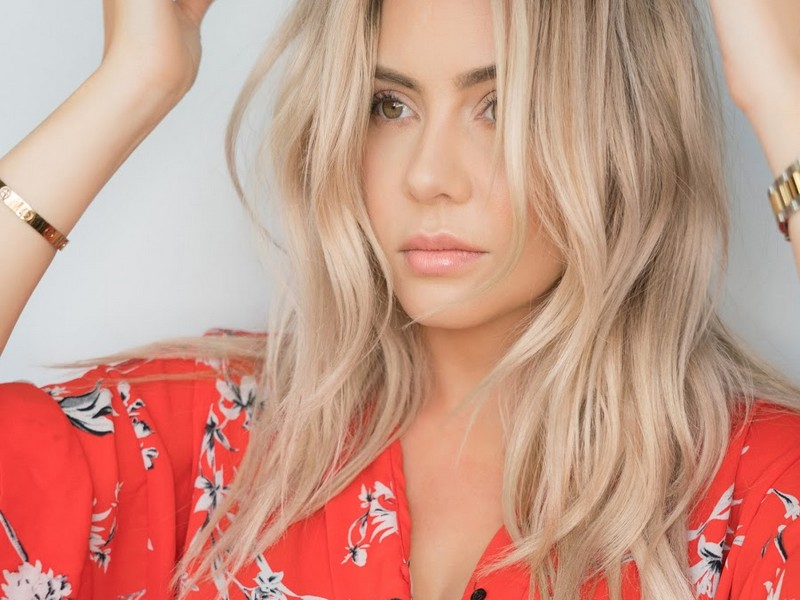 Elle Bangs - Best Beauty Vloggers To Follow For Hair Care.